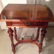 Näh- oder Beistelltischchen um 1890, Nußbaum restauriert, Platte 4-fach spiegelfurniert mit umlaufendem Fries, schön gedrechseltes Untergestell mit kleiner Säulchengalerie  B: 65 T: 46 H: 77 cm       Preis: 900,- €