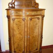 Louis Phillippe Aufsatzvertiko, Nussbaumwurzelholz um 1870, gebauchte Front Originalzustand 96 b47 t 175 h 1300 €