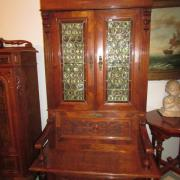 Gründerzeit Truhenbücherschrank mit Sitzbank Nussbaum um 1880.Guter Originalzustand,in den oberen Türen Bleiverglasungen unten Flachschnitzereien.120 cm breit,73 cm tief,210 cm hoch.2000 €