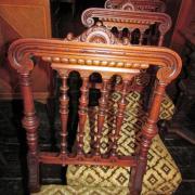 4 Gründerzeit Salonstühle, Nussbaum um 1890, schön gestaltete Rückenlkehne mit gedrechselten Säulchen, Polsterung in gutem akzeptablen Zustand, Breite: 40 cm, Tiefe: 43 cm, Höhe: 95 cm - Preis: 800,- €