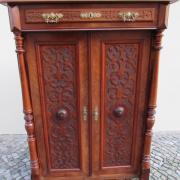 Gründerzeit Säulenvertiko Nussbaum um 1890,Flachschnitzereien in den Türfüllungen 95 cm breit,45 cm tief 130 cm hoch. 850 €